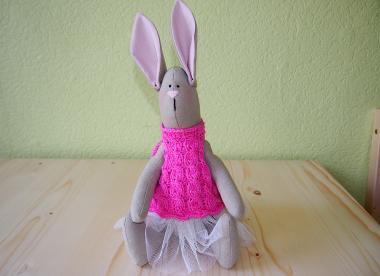 mīkstā rotaļlieta - zaķenīte rozā vestē